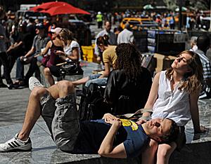 Una pareja toma el sol en las calles de Nueva York (Fotos: AFP   Stan Honda)