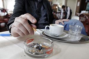 Un hombre fuma en una cafetería. (Foto: Herwig Prammer | Reuters)