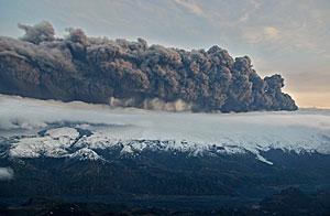 Nube volcánica generada desde el cráter del glaciar Eyjafjajokull. (Foto: Jon Gustafsson | Reuters)