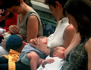 . Un grupo de madres lactantes da el pecho en una plaza pública (Foto: Julian Martín)