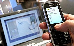 Una persona consulta su móvil. (Foto: Manuel Bruque | EFE)