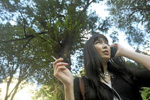 Una joven fuma en Nueva York. (Foto: AP)