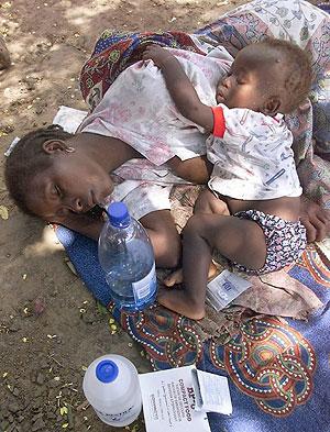 Una madre con su hijo, enfermos de malaria. (Foto: AFP)