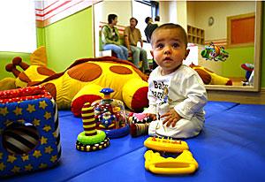Un niño juega en una guardería de Vitoria. (Foto: Adrián Ruiz de Hierro)