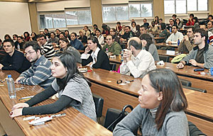 Alumnos durante el examen MIR. (Foto: Oskar Montero)