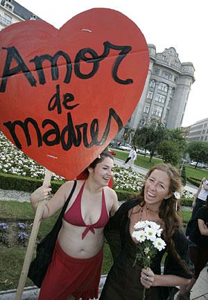 Asistentes a la manifestación del Día Internacional del Orgullo Gay de 2005. (Foto: Carlos García)