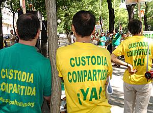 Concentración de asociaciones en defensa de la custodia compartida (Foto: EFE)