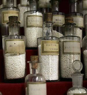 Viejos frascos con remedios homeopáticos. (Foto: Javi Martínez)