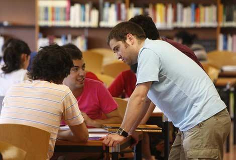 Un grupo de universitarios conversa en la biblioteca de la Politécnica de Madrid (Foto: Raúl Ochoa).