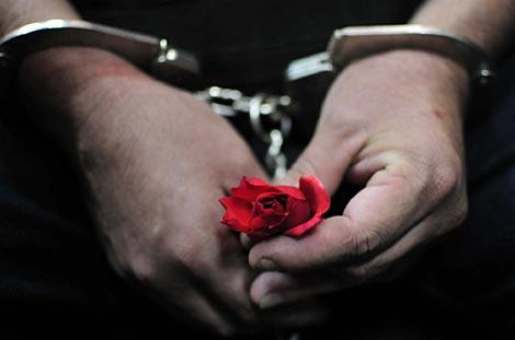 Un detenido sostiene una flor en sus manos. | Efe