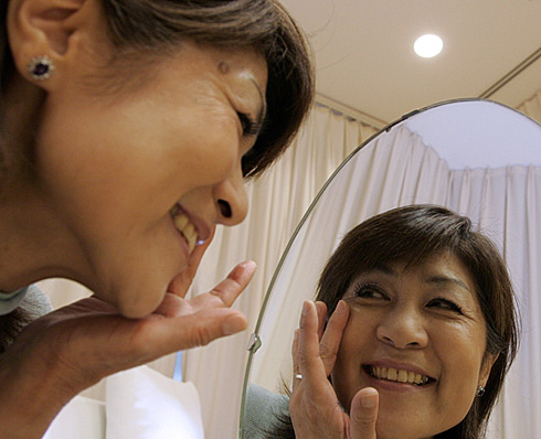 Una mujer usa crema cosmética para esconder las arrugas. (Foto: El Munsdo)