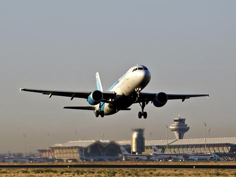 Un avión despega en el aeropuerto de Barajas. ( Foto: Raúl Urbina)