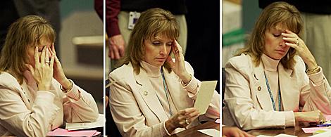 Secuencia que muestra a una mujer estresada en el trabajo. | El Mundo