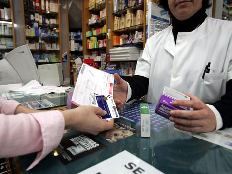 Un paciente comprando en una farmacia. | El Mundo