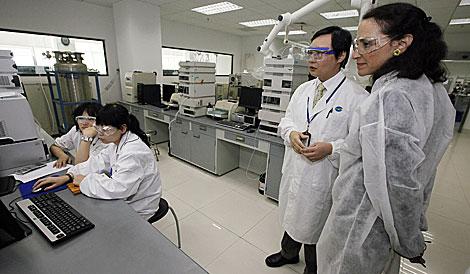 La responsable de la agencia del medicamento de EEUU, M. Hamburg, de visita en China.   AP