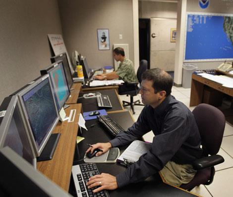 Varios trabajadores trabajan en una oficina. | Joe Raedle