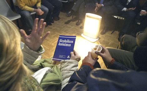 Asistentes a una reunión de Alcohólicos Anónimos.| Alberto Cuéllar