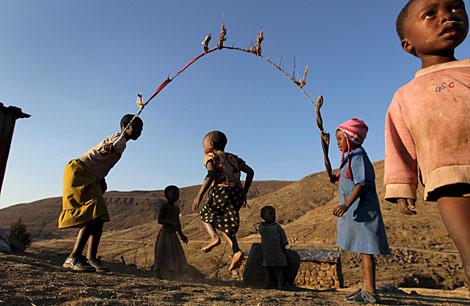 Niños en Lesotho, donde un 25% de los adultos tienen sida.  Efe