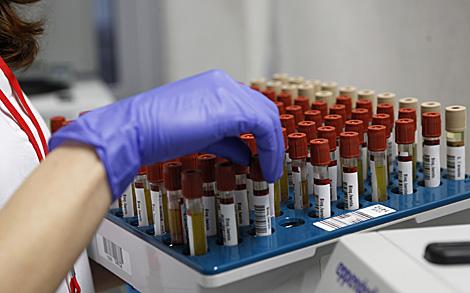 Varias muestras de análisis sanguíneos. | El Mundo