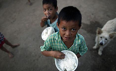 Varios niños en una clínica de Myanmar.| Reuters| Damir Sagolj