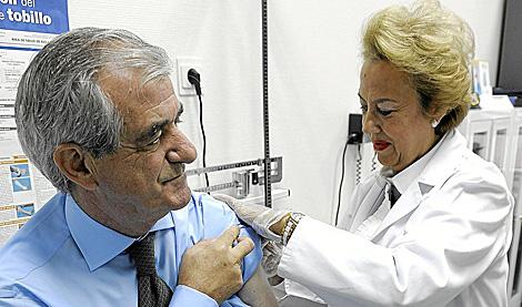 El consejero de Castilla y León se vacuna. | Ical