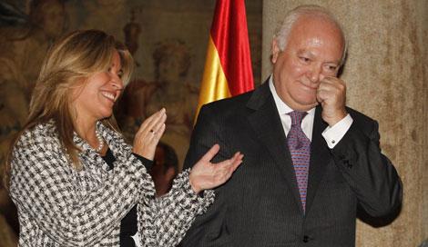 Moratinos se despide de Exteriores ante su sucesora, Trinidad Jiménez.| J. Hidalgo