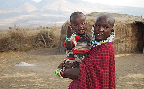 Una mujer masai con su hijo.| Sandra Morera
