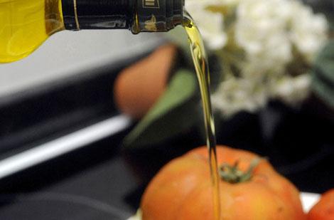 Aceite y tomates, dos de los 'ingredientes' de esta dieta.| EFE | Elvira Urquijo