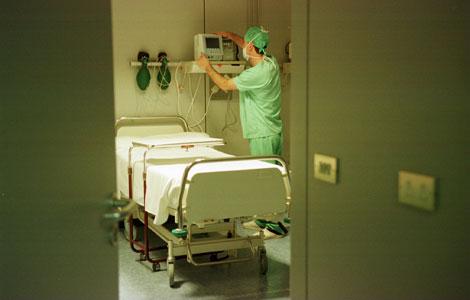 Un enfermero trabaja en un centro sanitario. | Mitxi