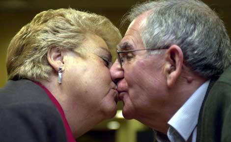 Un pareja besándose. | Carlos Miralles.