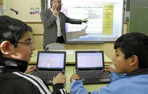 Dos alumnos con ordenador en el Colegio Miguel Cervantes. |JM Lostau