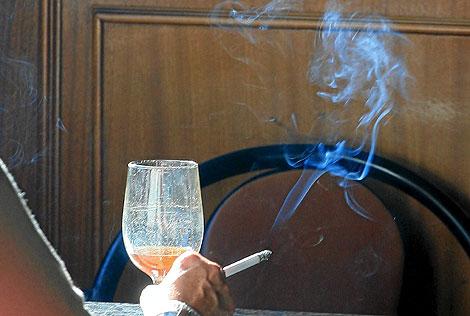 Un fumador en un bar.| Kike Para