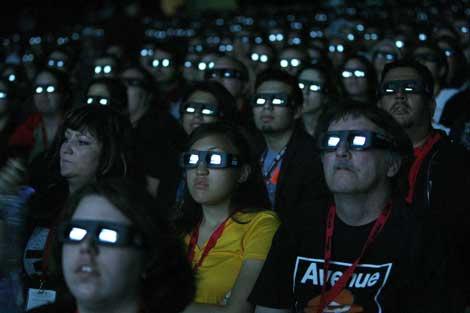 Un grupo de espectadores contempla una película en 3D. | M. Anzuoni