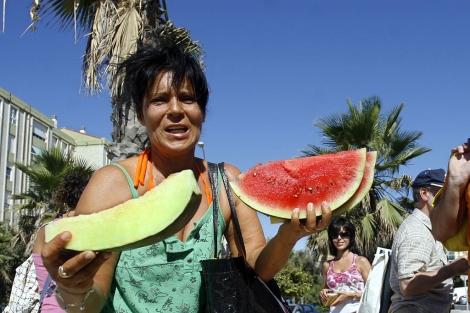 Reparto de fruta en Málaga. | Carlos Díaz