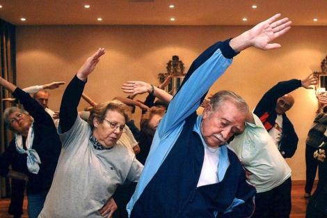 Un grupo de personas mayores practicando deporte. | Agustin Iglesias.