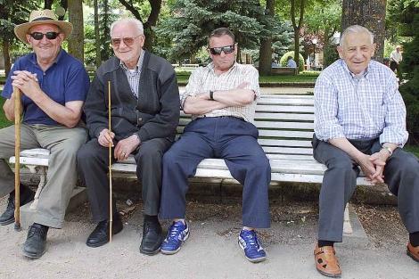 Un grupo de jubilados sentados en un banco.| Ical