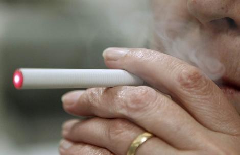Un cigarrillo electrónico en uso. | El Mundo