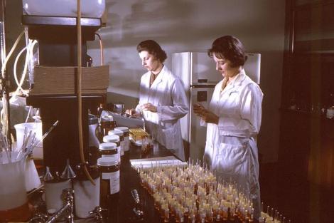 Desde esta imagen de 1965 las mujeres se han incorporado en masa la ciencia.| CDC