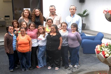 Guevara-Aguirre, en el centro, junto a varios controles y mujeres con Laron.   J. G.-A.