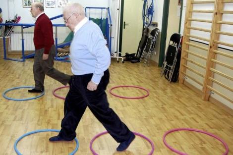 Pacientes con Parkinson en una sesión de fisioterapia. | El Mundo