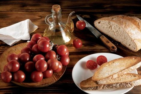 El aceite de oliva y las verduras, ingredientes de esta dieta. | A. Becerril