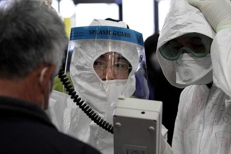 Especialistas miden la radiación a los habitantes.| AP | Gregory Bull