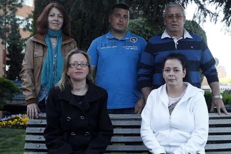 Rosa García (de pie a la izqda.) y Ángel Lorenzo (de pie a la dcha), junto a otros afectados. | J. Barbancho