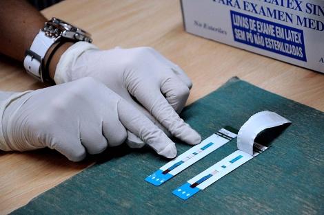 Prueba rápida del VIH en un centro de salud.| El Mundo