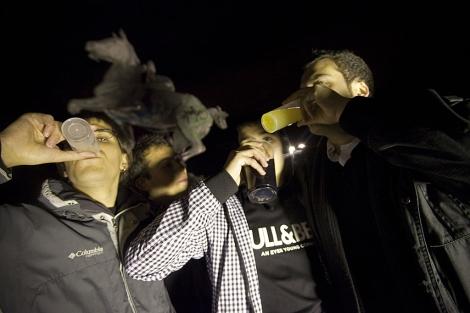 Varios jóvenes beben alcohol en un botellón.| Roberto Cárdenas