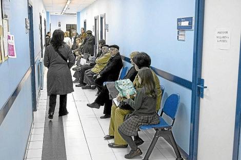 Varios pacientes esperan en un ambulatorio.| Carlos García Pozo