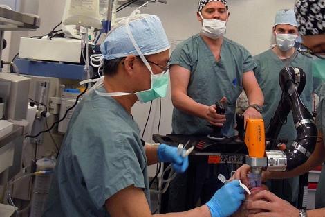 Varios cirujanos trabajan con el robot.  Universidad McGill
