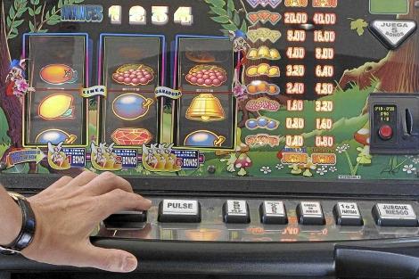 Las máquinas tragaperras ya no son la única 'tentación'.| Bernabé Cordón