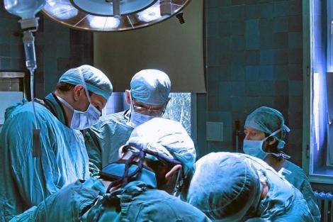 Cirujanos, en un quirófano. | El Mundo