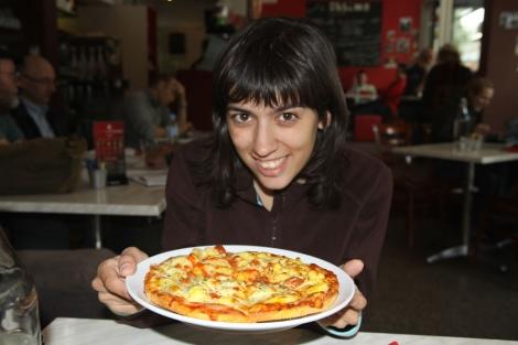 Elisa Mora, con su plato favorito: una pizza sin gluten.   E. M.
